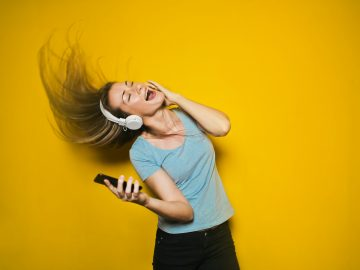 photography of woman listening to music 761963 360x270 - God lyd i ørene med Havit Earbuds