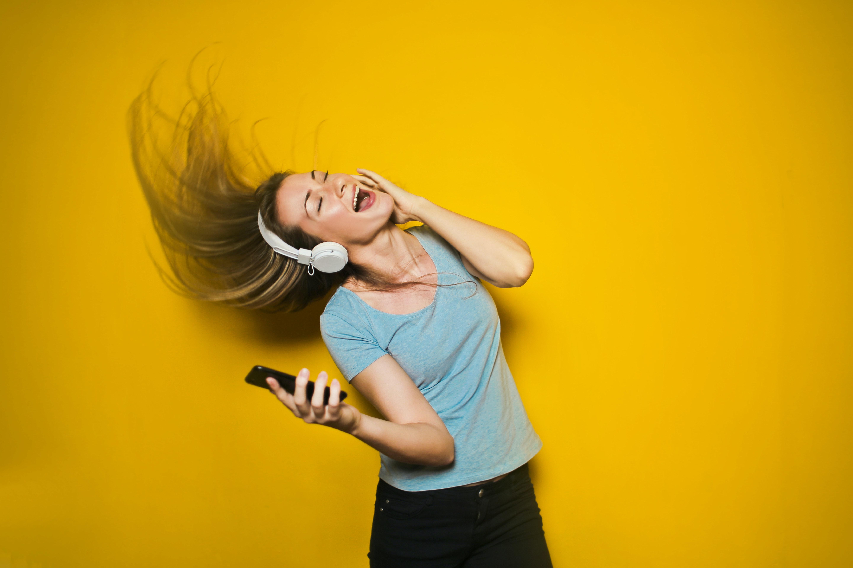 photography of woman listening to music 761963 - God lyd i ørene med Havit Earbuds