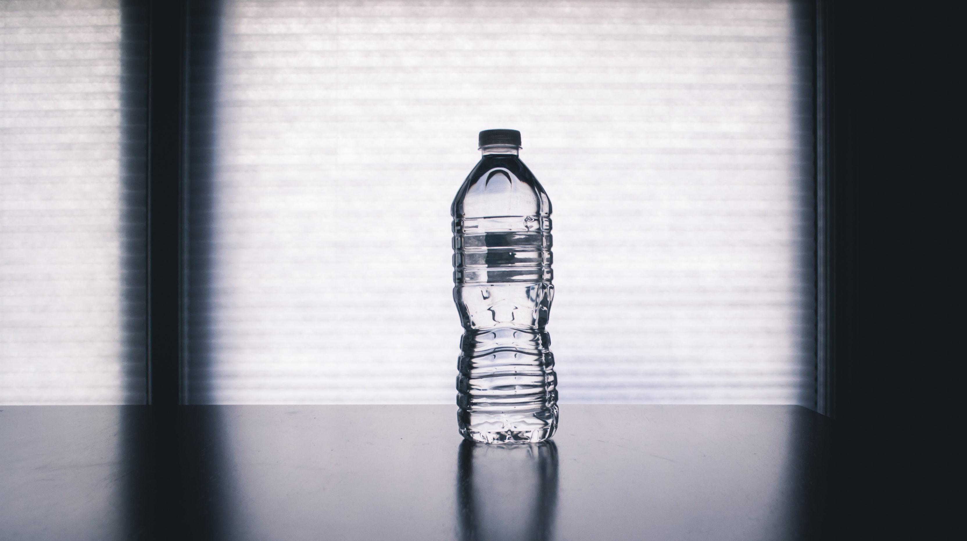 pexels steve johnson 1000084 - Vandflasker kan være bakteriebomber