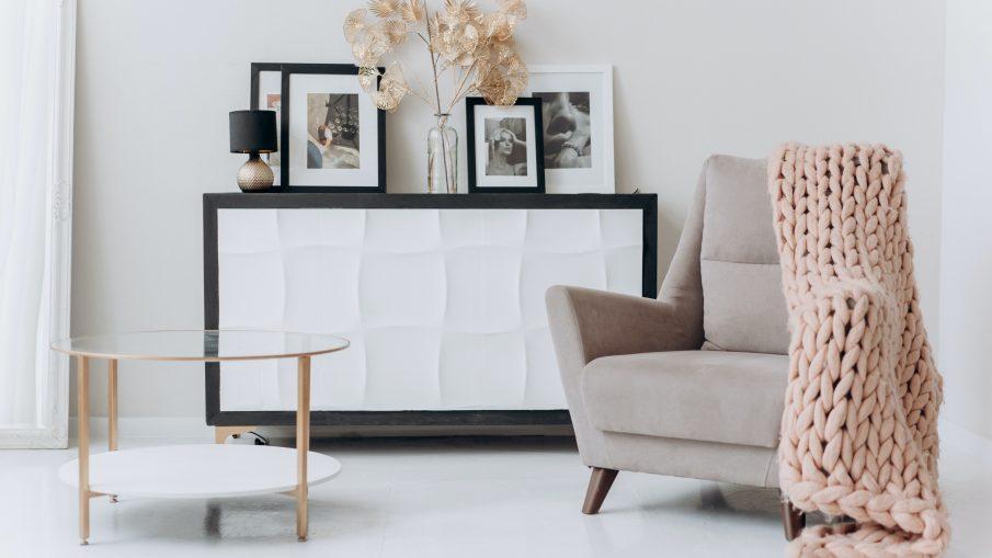pexels mikhail nilov 6707628 905x509 - Skal du i gang med at indrette din stue?