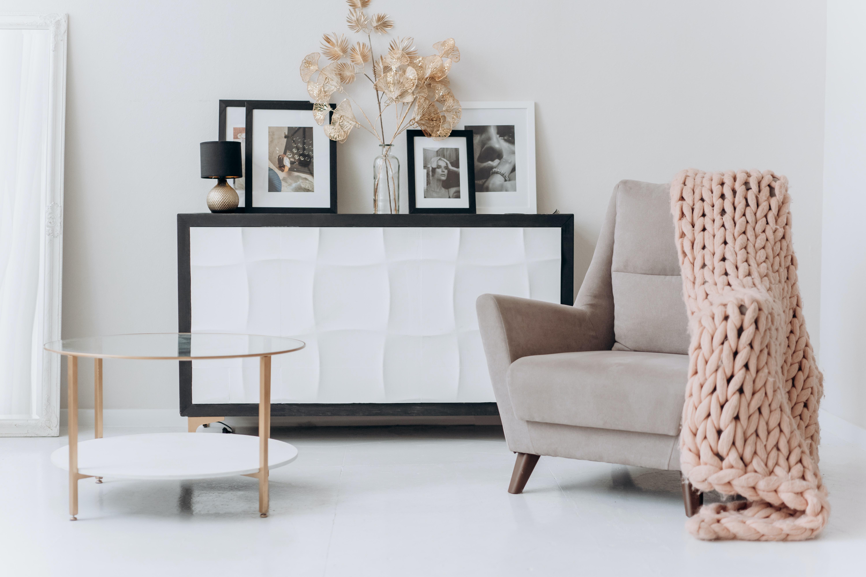 pexels mikhail nilov 6707628 - Skal du i gang med at indrette din stue?